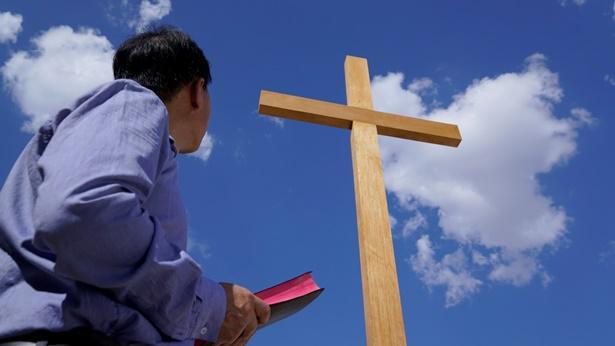 """Pergunta 2: Nós ainda não determinamos se o reino de Deus está na terra ou no céu. O Senhor Jesus uma vez falou: """"o reino dos céus está próximo"""" e """"a vinda do reino dos céus"""". Se é o reino dos céus, este deve estar no céu. Como pode estar na terra?"""