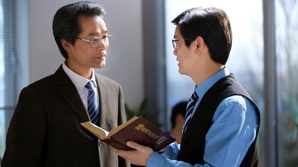 """Pergunta 1: Eu creio que, se formos fiéis ao nome do Senhor Jesus e ao caminho do Senhor e não aceitarmos o engano dos falsos cristos e falsos profetas, se estivermos alertas enquanto esperamos, então o Senhor certamente nos dará revelações quando Ele vier. Nós não precisamos ouvir a voz do Senhor para sermos arrebatados. O Senhor Jesus disse: """"Se, pois, alguém vos disser: Eis aqui o Cristo! ou: Ei-lo aí! não acrediteis; porque hão de surgir falsos cristos e falsos profetas, e farão grandes sinais e prodígios; de modo que, se possível fora, enganariam até os escolhidos"""" (Mateus 24:23-24). Você não reconhece o engano dos falsos cristos e falsos profetas? E, desta forma, acreditamos que todos aqueles que testificam sobre a vinda do Senhor certamente são falsos. Não há necessidade de procurarmos ou examinarmos. Pois quando o Senhor vier, Ele o revelará a nós e certamente não nos renunciará. Eu acredito que esta seja a implementação correta. O que você acha?"""